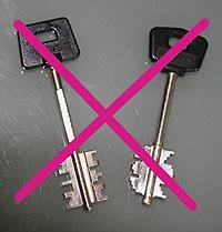 "Due chiavi per serrature a doppia mappa barrate da una ""X"" fucsia"