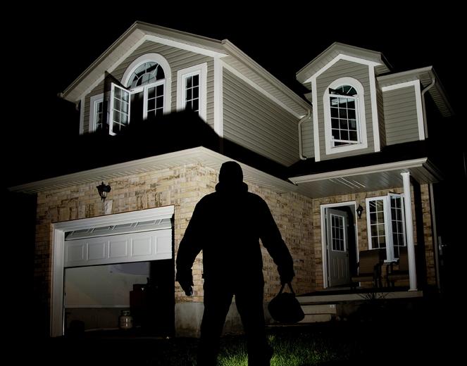 Ladro che minaccia un'abitazione di notte