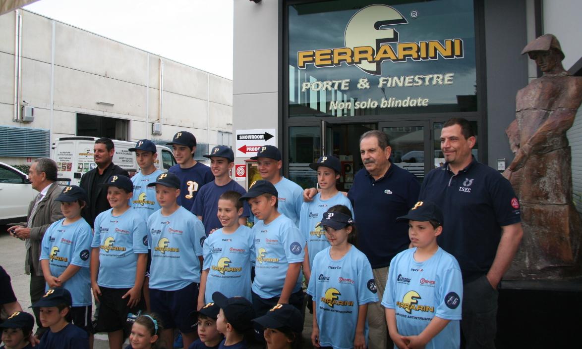 Ragazzi del Crocetta Baseball davanti alla sede Ferrarini