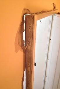 Dettaglio della porta smurata dai ladri