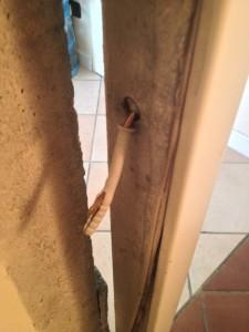 Tassello della porta smurata dai ladri